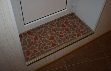 Как положить плитку на порог входной двери?