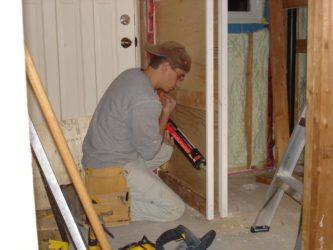 Как и чем утеплить деревянную дверь?