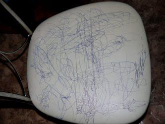 Как убрать шариковую ручку с кожаного дивана?