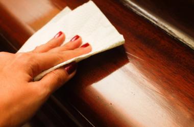 Как убрать царапины с деревянной мебели?