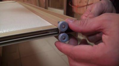 Как ставить ролики на шкаф купе?