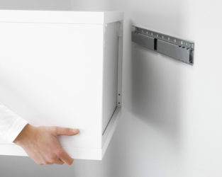 Как подвесить кухонный навесной шкаф?