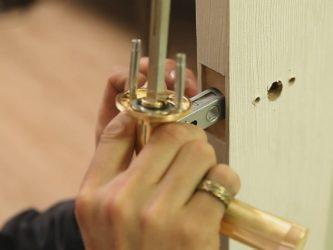 Как вставить ручку в межкомнатную дверь?