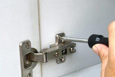 Как приделать дверцу к шкафу?