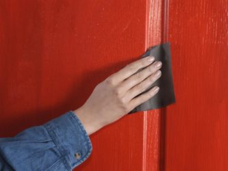 Какой краской покрасить шпонированную дверь?