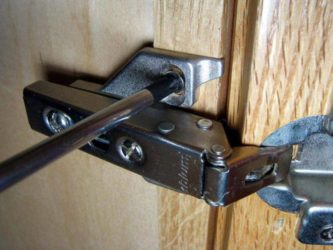 Как починить дверь в шкафу?